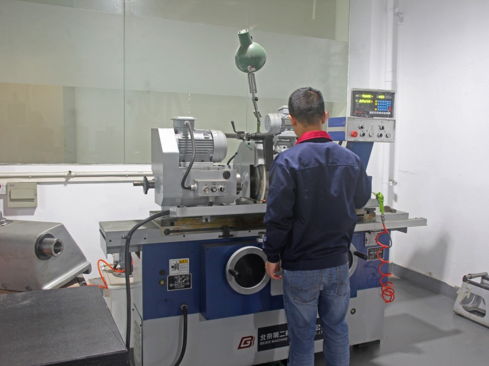Internal and external cylindrical grinding machine